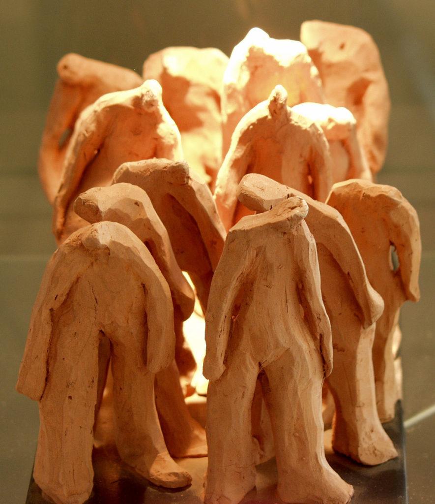 Petite foule de terre sculpture de Philippe Doberset