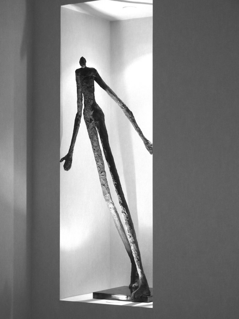Le passe muraille sculpture en béton de Philippe Doberset
