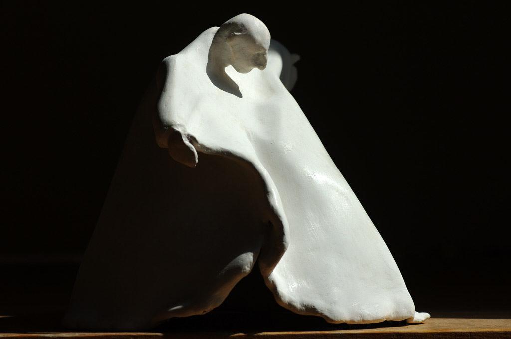 Le cardinal sculpture en terre de Philippe Doberset