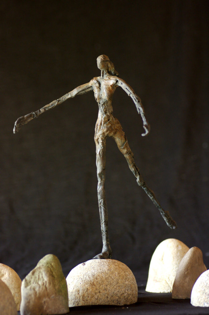 La petite fille au gué sculpture de Philippe Doberset