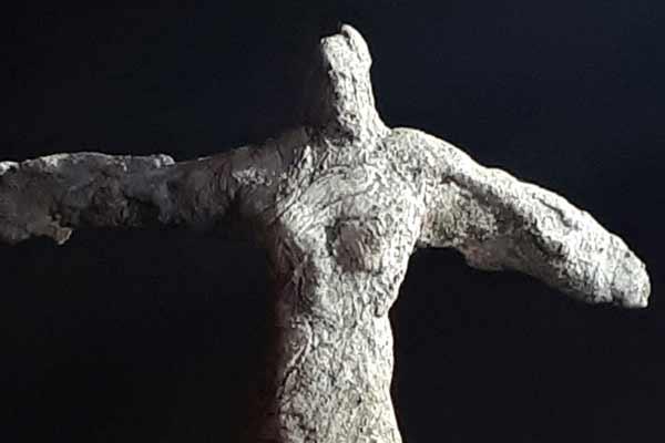 La victoire sculpture en ciment de Philippe Doberset